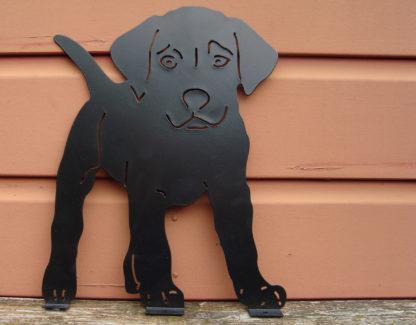 metalen silhouet puppy buiten decoratie schuur close up