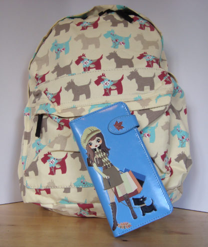 Beige rugzak blauwe portemonnee shopping girl 1