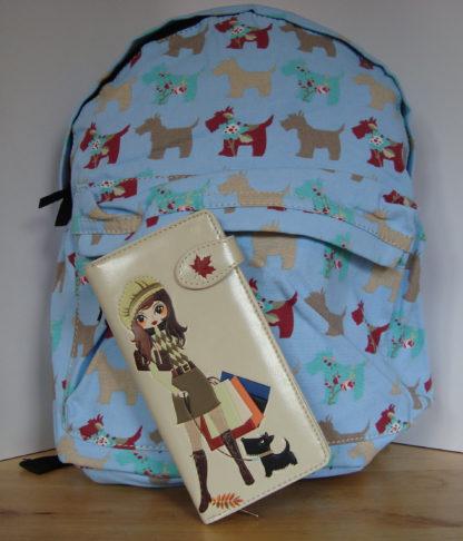 Blauwe rugzak beige portemonnee shopping girl 1