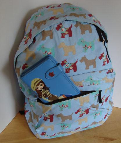 Blauwe rugzak blauwe portemonnee shopping girl 2